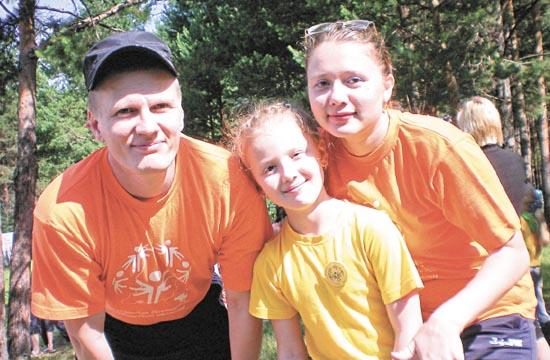 Саша, Сашенька и Наташа втроем бегали эстафету. Главное для семьи — быть вместе всегда