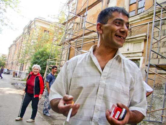 Бригадир Араик пока уверен, что до конца сентября его работники сделают фасад