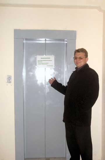 На дверях лифта управляющая компания клеит объявления о собраниях. Больше они пока ни на что не годны.