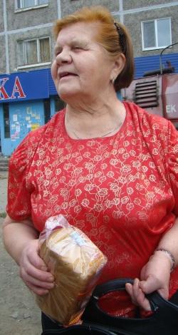"""Валентина Ивановна, покупатель: """"Мне доводилось покупать некачественный хлеб, в основном, который комбинат делает. Бывает, что он сырой какой-то. Так то я предпочитаю молочно-отрубной, но его, бывает, не найдешь, поэтому беру то, что есть. Ну, и на цену ориентируюсь, все-таки дорогой хлеб не покупаю. А жаловаться никуда не хожу — стесняюсь""""."""