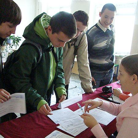 Девятиклассники школы №32 пришли на выборы сами, а не потому, что заставили. Говорят — интересно.