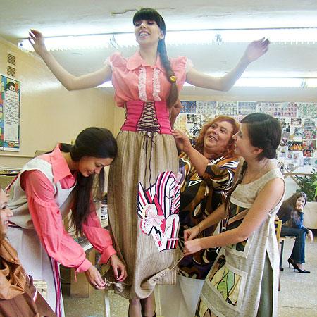 """Манекенщицы из театра моды """"Колибри"""" не только демонстрируют одежду, но и сами шьют ее"""