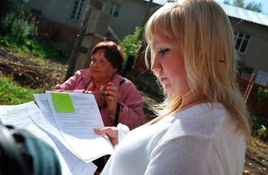 Первый председатель ТСЖ «Прометей» Анастасия Нестерова (справа) пристрастно изучала представленные документы. Второй председатель Валентина Махеева уверяет, что они — подлинные
