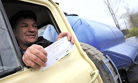 — Три рейса за день, больше не получается, — водитель-ассенизатор компании «Домоуправление» Николай Яскин садится в кабину. — Всего выделяется 40 литров бензина в день, на рейс уходит 13 литров, возим в Новую Утку, а до нее 20 км. Когда горючее было, делали по пять-шесть рейсов. Денег нет… Вообще-то, у нас три машины. Но одна без колеса стоит, не на что колесо купить. Один водитель в отпуске, я вот езжу…