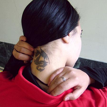 Свою первую татуировку Маша показывала всем, кроме мамы: боялась, что заругает. Но мать девочки, глядя на дочь, сама захотела сделать рисунок на коже.