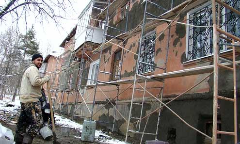 На Медиков, 12 даже при минусовой температуре продолжается капремонт. Рабочие утверждают, что используют «незамерзайку», причем половину « в себя», вторую – в раствор. Красить фасад, видимо, начнут, уже в мороз. Почему не ремонтировали его летом, рабочие не знают.