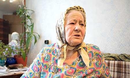 Фаине Ахметовой 84 года, пенсионерка живет с женатым сыном. Мусульманка, потому при появлении журналистов надевает платок.