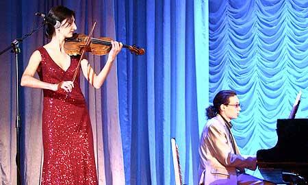 Звуки скрипки Виктории Исабекян трогают душу.