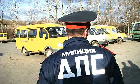 Старший госинспектор технадзора Андрей Анищенков не только следит за техсостоянием уличного транспорта, но и контролирует, как они исполняют закон.