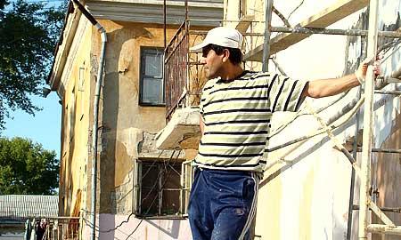"""Дома по улице Чкалова ремонтировали подрядчики, нанятые компанией """"Уралагрострой"""". По слвоам чиновников, к качеству работы этой компании претензий больше всего."""