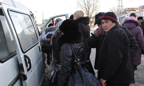 Люди на остановке у рынка не понимали, почему вынужденны полчаса стоять на морозе, ожидая автобуса, а маршрутки проходят набитые битком. За одно-два места шла настоящая битва — кто быстрее, кто и побеждал.