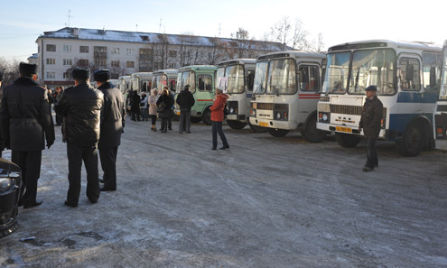 """Полтора десятка """"ПАЗиков"""" перевозчики привезли на городскую площадь. Остальной транспорт отправили в гаражи."""