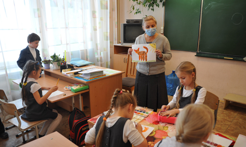 Любовь Леденцова, воспитатель группы продленного дня в школе №6, сама покупает для себя маски.