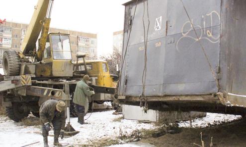 Их сначала вскрыли (внутри оказался мусор, старая мебель, словом, все то, чем горожане часто забивают балконы), а потом увезли.