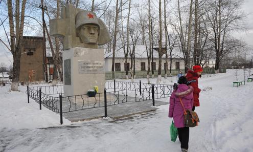 На этой сельской площади в Кузино стоит памятник жителям, погибшим в годы войны