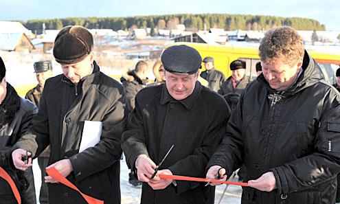 Юрий Шевелев, Владимир Кучерюк и Максим Федоров перерезают красную ленту