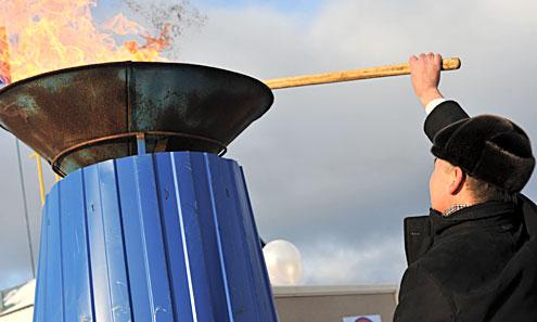 Министр энергетики и ЖКХ Юрий Шевелев поджигшает чашу, к которой подведен газ из нового газопровода