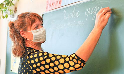 Учителя в школах защищаются от гриппа масками