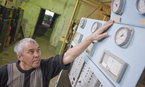 Слесарь Виктор Бузмаков считает, что пока руководство геологоразведки не оплатит долг «Уралсевергазу», поднять температуру в квартирах невозможно. Сейчас температура на выходе из котельной не поднимается выше 58 градусов. В квартирах же новоалексеевцев не больше, чем 17 градусов