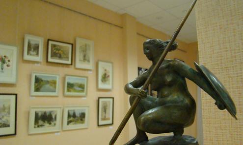 Народная студия «Изограф» подвела итоги четверти века работы. На выставке, помимо картин, представлены бронзовые фигурки скульптора Светланы Вятчаниной, одной из первых воспитанниц Владимира Сусанова