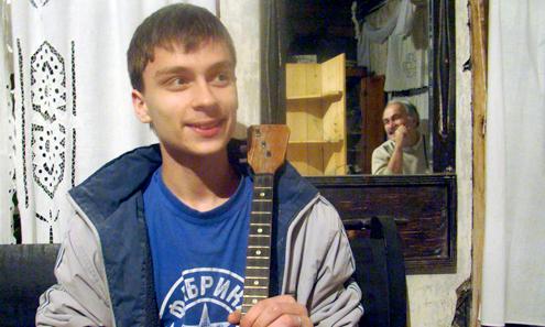 Василий Саблин поет, пляшет и играет на балалайке с самого детства