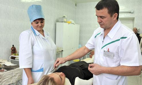 Опытный пластический хирург Вячеслав Самойленко подготавливает пациентку к операции