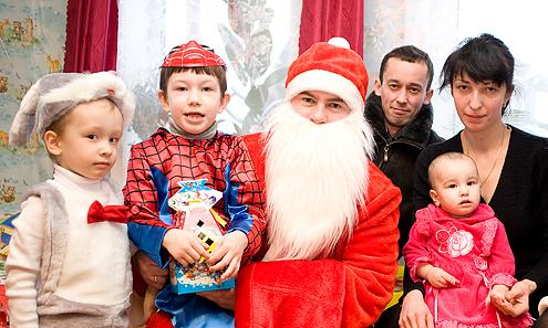 29 декабря. Эльдар, Дамир, папа, мама, Карина принимают Деда Мороза