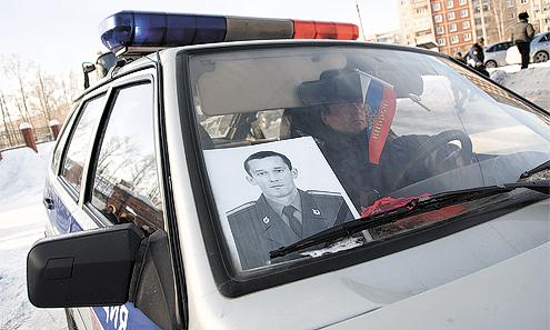 От мечети катафалк сопровождали машины ГАИ-ГИБДД