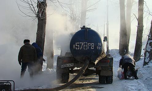 Автоцистерна, только за время нашего пребывания на месте аварии трижды откачивала воду