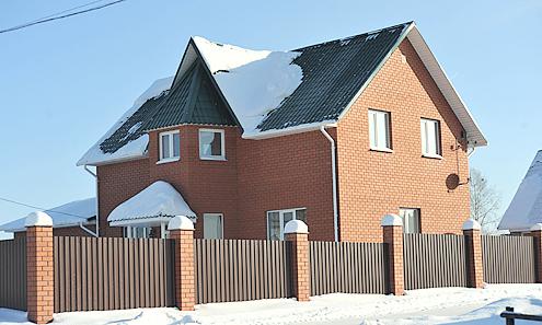 Парламентарии предлагают ввести налог на недвижимость в размере 1% от рыночной стоимости. Соответственно, если этот дом сейчас оценивается в 6 млн.рублей, то ежегодный налог составит 60 тысяч рублей. Гораздо хуже придется собственникам недвижимости в Москве, где стоимость домов и квартир в десятки раз выше.