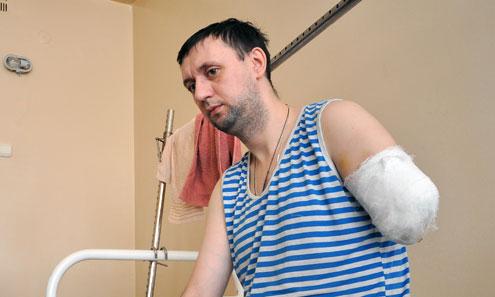 Из-за халатности руководства цеха Евгений Кирьянов лишился руки. Сразу после ампутации на него стали оказывать давление, требуя изменить показания.