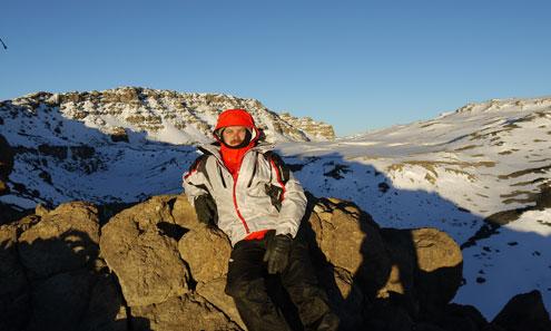 Андрей Поляков в Африке, на высоте около 5800 метров. До высочайшего пика горного массива Килиманджаро всего несколько десятков метров. Путь от густых тропических лесов до ледников занял пять дней.