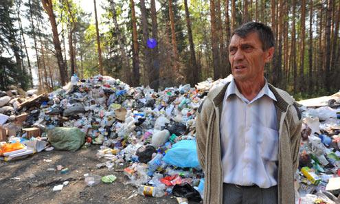 Лесничий Виктор Вершинин считает, что перевозчики, завалившие  лес мусором, нарушили и пожарную, и экологическую безопасность.