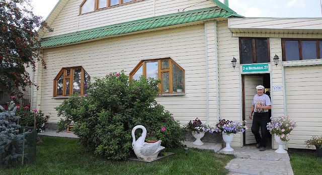 Один из домов-победителей. Увидеть его можно по адресу 2я Пильная, дом 27. Семья Черняевых живет здесь уже 12-ый год и с удовольствием занимается благоустройством участка, придумывая что-то новое.