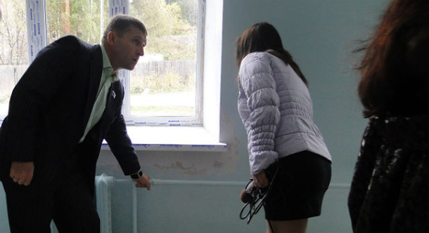 В 2011 году щупанье батарей стало важной составляющей предвыборной кампании единороссов Первоуральска. Фото из архива редакции