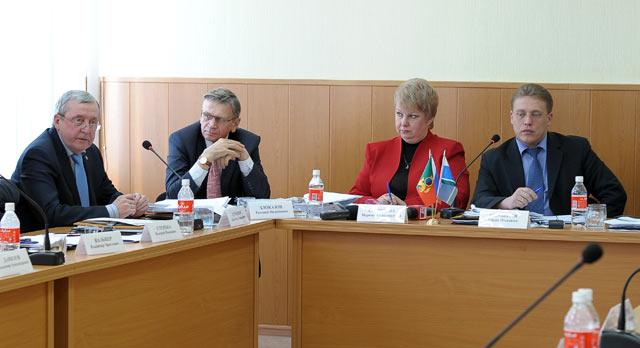 Владимир Кучерюк безрезультатно пытался спровоцировать депутатов обсудить доклад мэра.