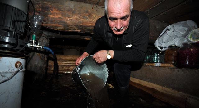 Сергей Шахмаев из-за нарушенной дренажной системы вынужден каждый день откачивать воду из погреба.