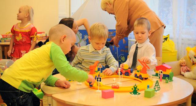 Родители, чьи дети не попали в муниципальный детсад, по-прежнему остаются без финансовой поддержки
