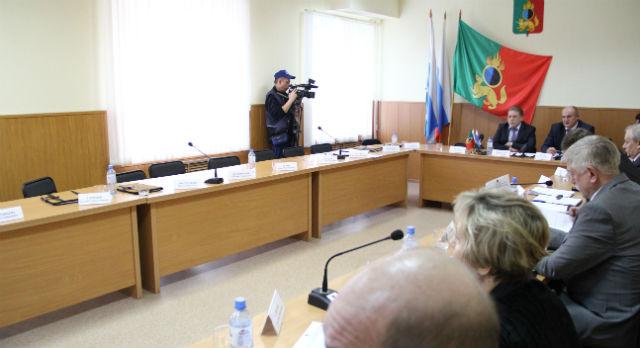 Наполовину опустевший зал заседаний показал фракции «Единая Россия», что хозяин в доме вовсе не тот, кто таковым себя считает. Уважение и равенство — вот чего требует оппозиция от партии власти.