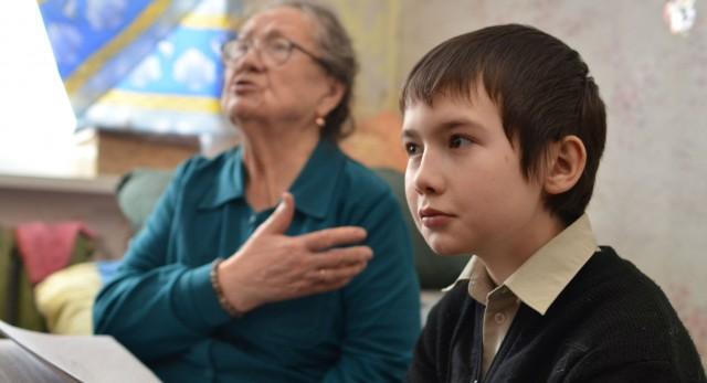 Десятилетний Саша Некрасов, вместо жилплощади в черте города, получил комнату в поселке Крылосово. Его бабушка Валентина Федоровна уже несколько лет пытается добиться справедливости и опротестовать незаконную сделку.