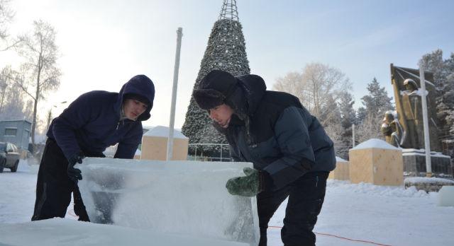 Над созданием новогоднего городка трудятся около 20 человек. Невзирая на мороз, они обрабатывают ледяные глыбы, нагребают снег для горок, собирают каркасы различных фигур и, конечно же, ставят главную городскую елку.