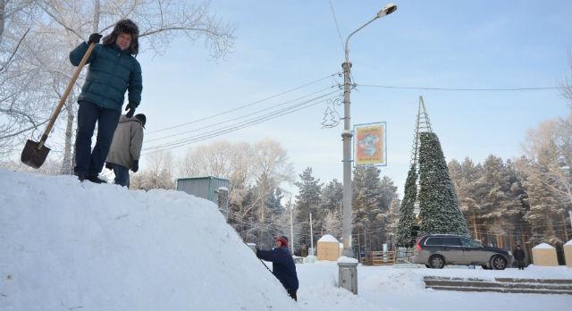 Директор парка Анатолий Кокорин сам принимает участие в возведении городка. В данном случае - в строительстве снежно-ледяной горки.