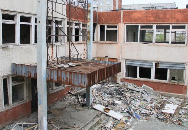 Так выглядел детский сад №104 летом 2012 года. По словам защиты, мешают исполнить решение суда подростки, которые ломают забор и отдирают доски.