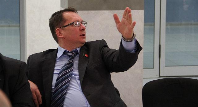 Владислав Изотов: «Мое предложение — камеру «Интерра ТВ» из зала удалить». Но депутаты коллегу не поддержали.