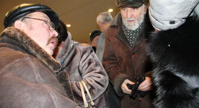 Общественник Владимир Терехов тоже был в числе тех, кто не попал в зал. Поэтому он собирал подписи недовольных происходящим под обращением к губернатору.