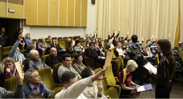 Оставшиеся в зале 130 новотрубников в едином порыве голосовали за все предложения выступающих единороссов.