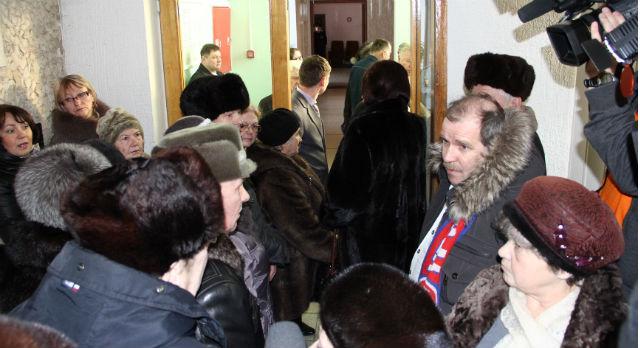 Подавляющее большинство желающих попасть на публичные слушания так и остались стоять в коридоре ДК ПНТЗ.