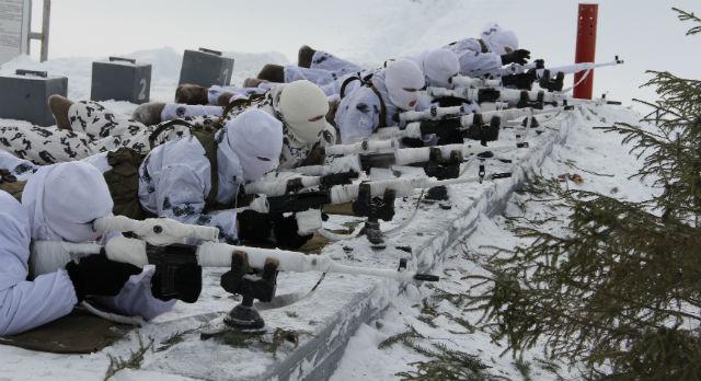 Эти шесть снайперов войск МВД ведут огонь по мишеням, удаленным на 300 метров. Невооруженный глаз едва различит шесть маленьких зеленых точек, но в прицел они могут разглядеть даже кругляшок внутри цифры девять.