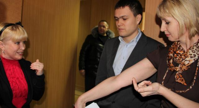 """Елена Копытова демонстрирует синяк на руке. Ольга Варганова: """"Вы меня толкнули, я пыталась удержаться на ногах, чтобы не упасть"""""""