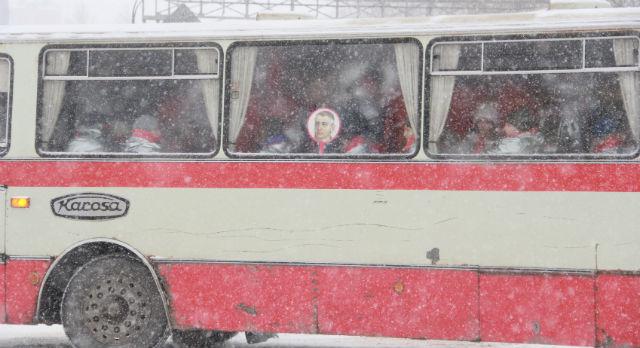 За 40 минут до приезда Вячеслава Суркова на территорию Старотрубного завода приехали три автобуса, пассажиры которых были одеты в серебристые костюмы.